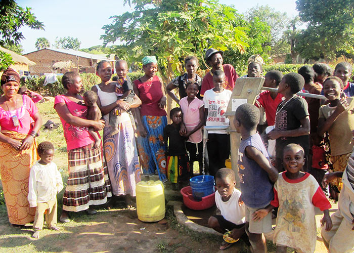 The Musuluka/Ntolele community with their new well