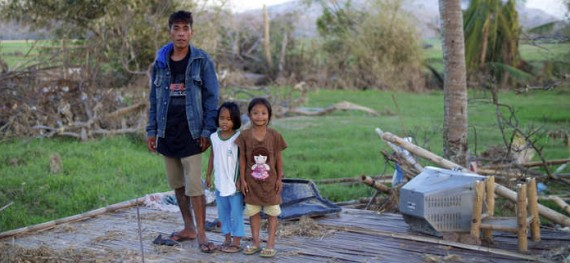 Philippines 2013 Hurrican Haiyan Mark Tizon with his daughters_Low Res (3)