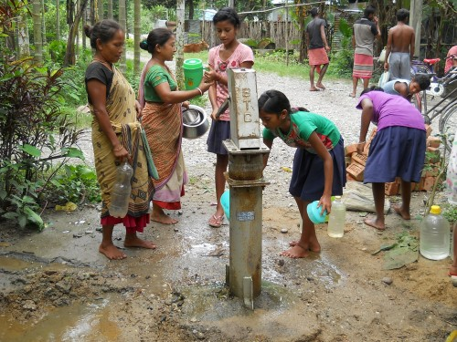 Children with community women are collecting frash water (1)